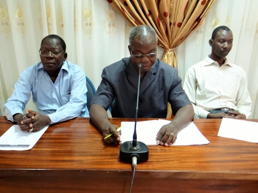 De gauche à droite, les représentants du Directeur de l'éducation environnementale, M. Brahima Belem, de la Secrétaire permanente du Conseil national pour le développement durable, M. Goudouma Zigani, du Coordonnateur UN CC :Learn Burkina, M. Mahamoudou T