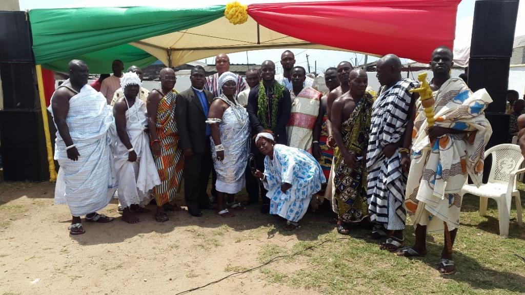 La star du football Stephen Appiah (au centre) avec des chefs locaux à Chorkor.